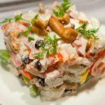 Салат из маринованных опят и бекона в соусе