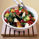 Салат с фетой, помидорами и оливками