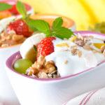 Салат с йогуртом, мюсли и клубникой