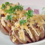 Печеный картофель с сырно-ветчинной начинкой